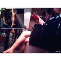 カフェでお茶していたリクスーちゃん3人組の悩ましい美脚を観察する