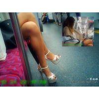 足を組んだときの美しさが一級品な生足美脚のおねーさんを横から観察