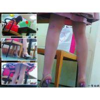 喫茶店でセレブ風人妻の机の下の美脚の動きを観察 アリ目線カメラ編
