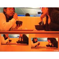 フードコートで食事中の女子大生がWで美脚で可愛い 固定カメラ編