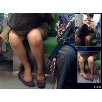 電車内で座っていたおねーさんが足グセ悪くて靴脱ぎシーンに興奮した