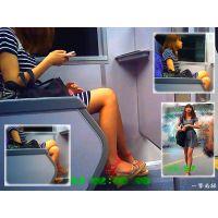電車内で会社帰りOLのおっぱいの膨らみと美脚やつま先を横から見る