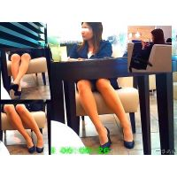 デパートの休憩所にいた美人OLのパンスト美脚が見たくて正面観察