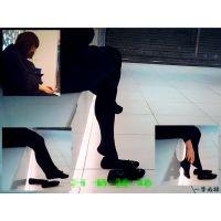 待合せ広場で見かけた黒タイツ嬢の大胆な靴脱ぎと足ぶらぶらが可愛い