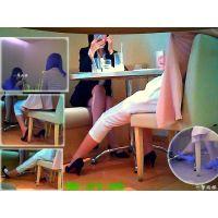 喫茶店のテーブル下から見る隣のおねーさんたちの美脚の動きを観察