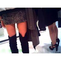 洋服屋で女友達が洋服選びに夢中な間に美脚な店員さんを撮ってみた7
