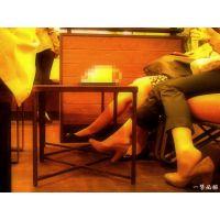 カフェでお茶している2人組OLの足先が目の前にあったので観察