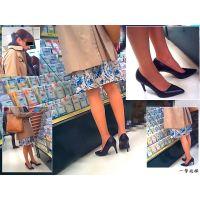 文房具売場で見かけたとても美しい脚線美の人妻の足元に接近して観察