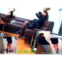 デパートや病院で欲求不満そうな目つきの人妻の美脚を観察する