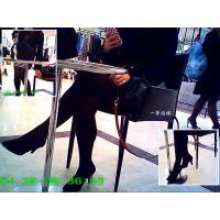 休憩イスに座っていたおねーさんの黒タイツ美脚のシルエットを楽しむ