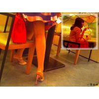 喫茶店でセレブ風人妻の机の下の美脚の動きを観察 腕時計カメラ編