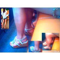 病院の診察待ちしていた子連れママの白くて美しい生足を観察する