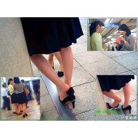 駅の改札前でレズっぽいOL2人が靴脱ぎしながら別れを惜しんでいた