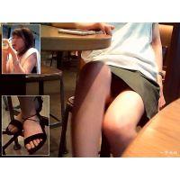 カフェで隣のおねーさんの美脚と暗い股間の三角ゾーンを観察する