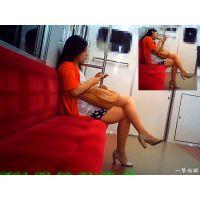 電車内で足組みしているムチムチおねーさんを真横から観察しました