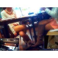 近くで雑談していたセクシーおねーさんたちのテーブル下の美脚を観察