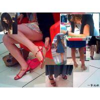 若い女性向けの服屋で綺麗なおねーさんのつま先や足裏を観察する