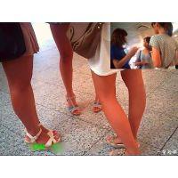 三人とも同じようにほどよく日焼けした健康美脚の女子大生を観察した