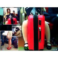 股間にスーツケース挟んでスマホいじる女の子と赤ヒールのパンスト嬢