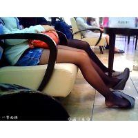 休憩所で靴脱ぎして超リラックスしていた薄黒パンストのおねーさん