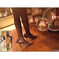 買い物中の人妻の美し過ぎる脚線美を追跡して足元を接写する一部始終