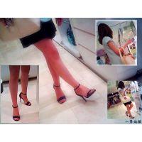 色白な美脚に赤いペディキュアが悩ましい人妻の足の動きを観察する
