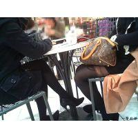 隣のテーブルで雑談している黒タイツ嬢とパンスト嬢をWで同時観察