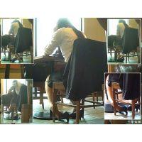 カフェで靴脱ぎしながらくつろぎ中のリクスーOLを後ろから観察する