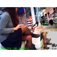 靴屋で買ってもいない靴を踏み試し履きするマナー最悪なパンスト嬢