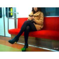 足組みしたOLのおねーさんの黒タイツ美脚をずっと眺めて楽しむ