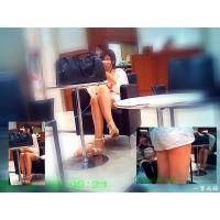 休憩テーブルに足組みして座っていたセクシーおねーさんの美脚を観察