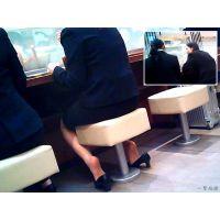 カフェでお茶しているリクスーちゃんが足の蒸れをパカパカして乾かす