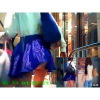 偶然の衝撃!繁華街をパンツ透け透けで歩いていた生足美脚の女子大生