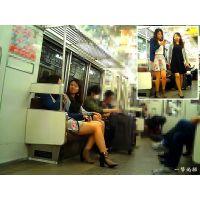 電車内でナチュスト足を伸ばしておしゃべり中のおねーさんを観察