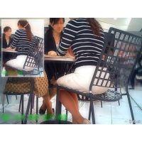 丸テーブルに座っていた人妻の大きくてまん丸お尻を背後から観察する