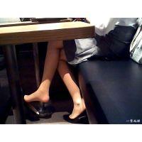 友人とランチをしながら靴脱ぎするOLのおねーさんのパンスト美脚を観察