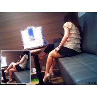 デパートの休憩所で待合せしていたエロ美脚おねーさんを観察してみた