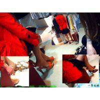 赤いコートに長い美脚が映える人妻の試履きシーンに遭遇したので観察