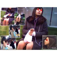 電車内で萌え顔のおねーさんの自然体な表情とぽっちゃり生足を観察