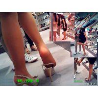 靴屋で試し履き中の美人妻のナチュスト美脚や蒸れ足裏を超接近で見る