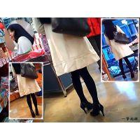 白いコートの黒タイツ美脚なお嬢様の買い物風景を観察してみました