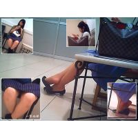 休憩中のおねーさんの靴脱ぎ姿と向かいのおねーさんの股間を観察