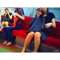 電車内で会社帰りの人妻OLの美脚にと太ももチラリが気になって観察