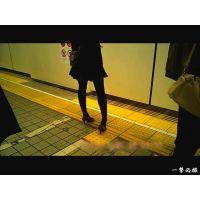 地下鉄のホームで靴パカをしていた黒タイツOLを観察 電車待ち編