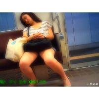 電車内で超リラックスして警戒心無さすぎの熟睡ギャルをこっそり観察