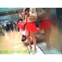 待合せ広場でダントツに目立っていた超ド派手スカートの美脚嬢を観察