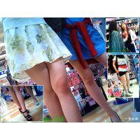 雑貨店の中を歩きまわる若いおねーさんたちの健康的な美脚を観察する