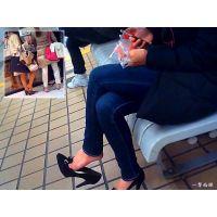 女性がなにげに靴を脱いでリラックスしているシーンになぜか興奮する