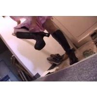 ブーツを脱ぐ女 1