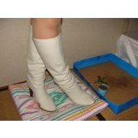 220ブーツ画像 ダイアナの本革白ロングブーツ 踏み